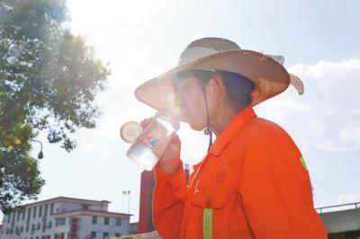 这些中国环卫工人现在必须穿着位置跟踪手镯