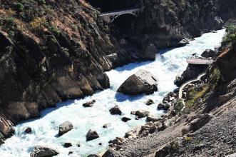 研究人员发现 大型巨石有助于塑造巨大的峡谷