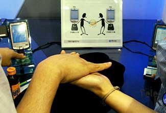 人体通信(HBC)使用人体传输电力和数据 就像互联网一样