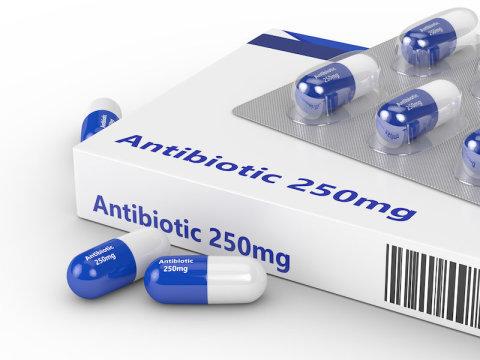 没有处方使用抗生素的人似乎是一个普遍存在的公共卫生问题