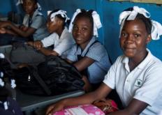 学生们因缺乏汽油而返回海地上课