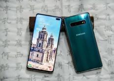 三星Galaxy S10可以使用水平摄像头设置来容纳更大的电池