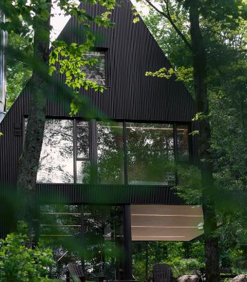 吉恩·维尔维尔在魁北克森林中打造了童话般的黑色小屋