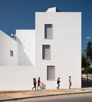 Kauh在西班牙完成了房屋建筑墙壁上有大型圆形开口