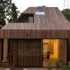 Scale Architecture的Cutaway Roof House的一侧切成一片庭院