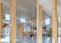 MamiyaShinichi设计工作室在其自己的办公室内重现在树林中的感觉