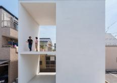 TakuroYamamotoArchitects建筑师在东京的这座白房子的一侧穿插了一对大露台