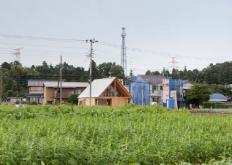 由TailoredDesignLab设计的日本家庭住宅适合其农田环境