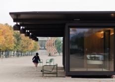 Bouroullec兄弟为巴黎艺术博览会安装配套的钢铁Kiosque单元