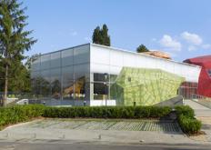 开放的Muzeiko儿童博物馆的三块山体结构与彩色图案表面相交