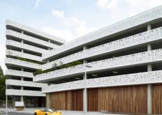 比利时医院停车场的几何穿孔图案立面AbscisArchitecten
