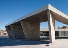 折叠式混凝土棚顶庇护所西班牙公交车站byIsmoArquitectura
