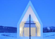 GerhardSacher的白色混凝土小教堂设有玻璃墙可以直面欣赏