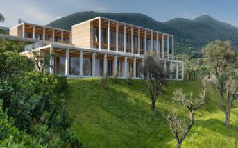 大卫奇珀菲尔德引用了加尔达湖上带有山坡别墅的历史悠久的柠檬屋