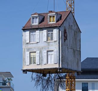 根从LeandroErlich悬停在建筑工地上方的房屋中走出