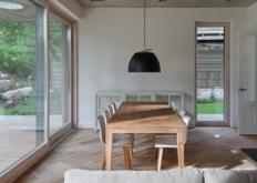 AketuriArchitektai将维尔纽斯房屋的木质外墙与混凝土檐篷配对