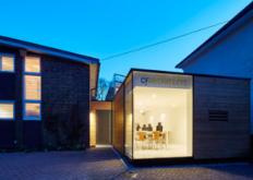 CFArchitects在一个世纪中期房屋的侧面建造了自己的木材和玻璃办公室