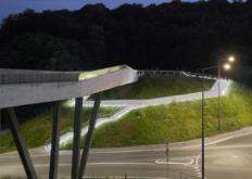 2bArchitectes的多面混凝土桥将地铁站与森林相连