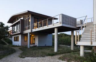 RuhlWalkerArchitects设计的海滨别墅旨在弯曲和移动景观