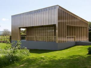 卡莫迪格罗克的新白色立方画廊是一个有角的木材和塑料凉亭