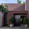 BE建筑事务所为同一个家庭完成了三套红砖房