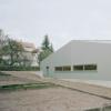 切面屋顶掩盖了EckerArchitekten的HangarXS仓库的大小