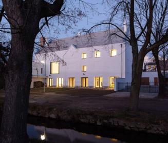 捷克小镇Slavonice的中世纪心脏地带的社区中心增加了一层额外的楼层