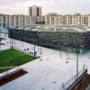 巴黎郊区获得玄武岩立面的整体式倾斜体育中心