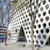 Archium的UrbanHive塔有一个仿照蜂窝状的穿孔立面