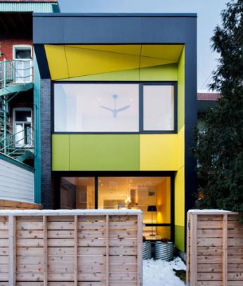 Naturehumaine的蒙特利尔房屋设有玻璃地板头顶有天窗