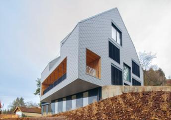 奥地利城市林茨郊区的这栋房子的瓦木地板上的高层被旋转