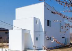 三层白色的前波纹房屋由KichiArchitecturalDesign设计