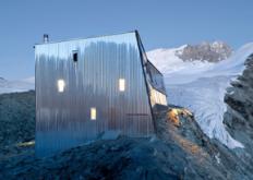 SaviozFabrizziArchitectes设计的钢制山间小屋环绕着阿尔卑斯山脊