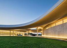 MassStudies的Southcape高尔夫俱乐部会所设有弯曲的混凝土檐篷