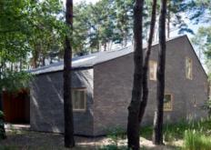 这间位于波兰约瑟夫的房屋设有随机放置的窗户