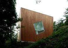 由建筑师YusukeKarasawa在日本Bousou半岛山区的这座房屋的墙壁