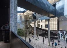天野设计事务所在东京银座的这座高耸的商业街区采用了多面铝质外墙