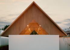 日本公司mAstyleArchitects将木材屋顶设计为一系列V形框架