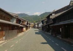从位于日本岐阜市的这栋房屋的一侧伸出一个悬臂式楼层
