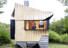 汉娜用出没的木材在纽约离网的AshenCabin