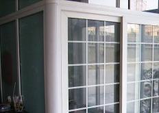 由可回收的PVC窗户和檐槽制成的漂亮的塑料瓦是首批100%可回收的覆层材料