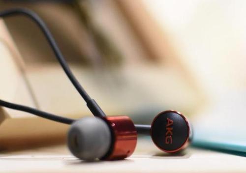 AKGY100是一款颈带式无线耳机专注于轻巧的设计以及清脆干净的声音