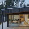 瑞典的湖滨房屋被松木板条覆盖以匹配森林