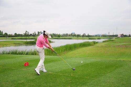 崔慧珍凭借韩国女子职业高尔夫年度最佳新秀奖获得大奖