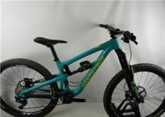 再坐在使用SantaCruz自行车建造的专用运动装备上