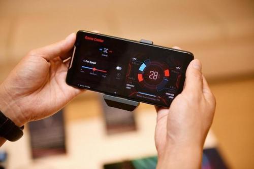华硕ROG游戏电话3的外观与上一代产品几乎相同