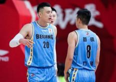 裁判对北京队刘晓宇的争议判罚导致球队主帅解立彬一度离场抗议