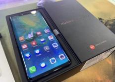 华为Mate20Pro的照片显示手机采用了全屏风格