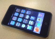 公司最终决定为第一代iPodtouch的背面选择镜面装饰