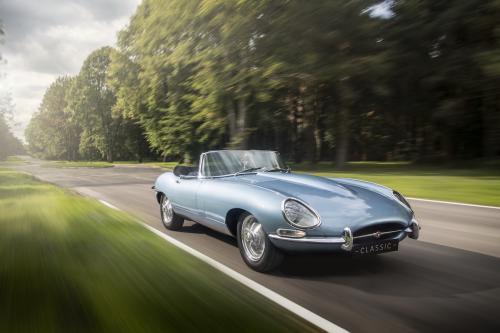 旁边还有一架JaguarClassic修复的固定式1962EType